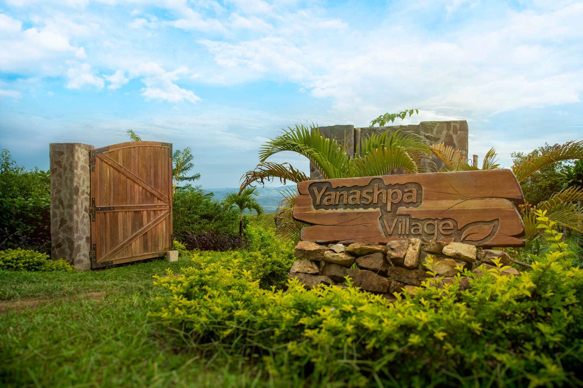 Pórtico de ingreso con cerco vivo en Yanashpa Village, Tarapoto