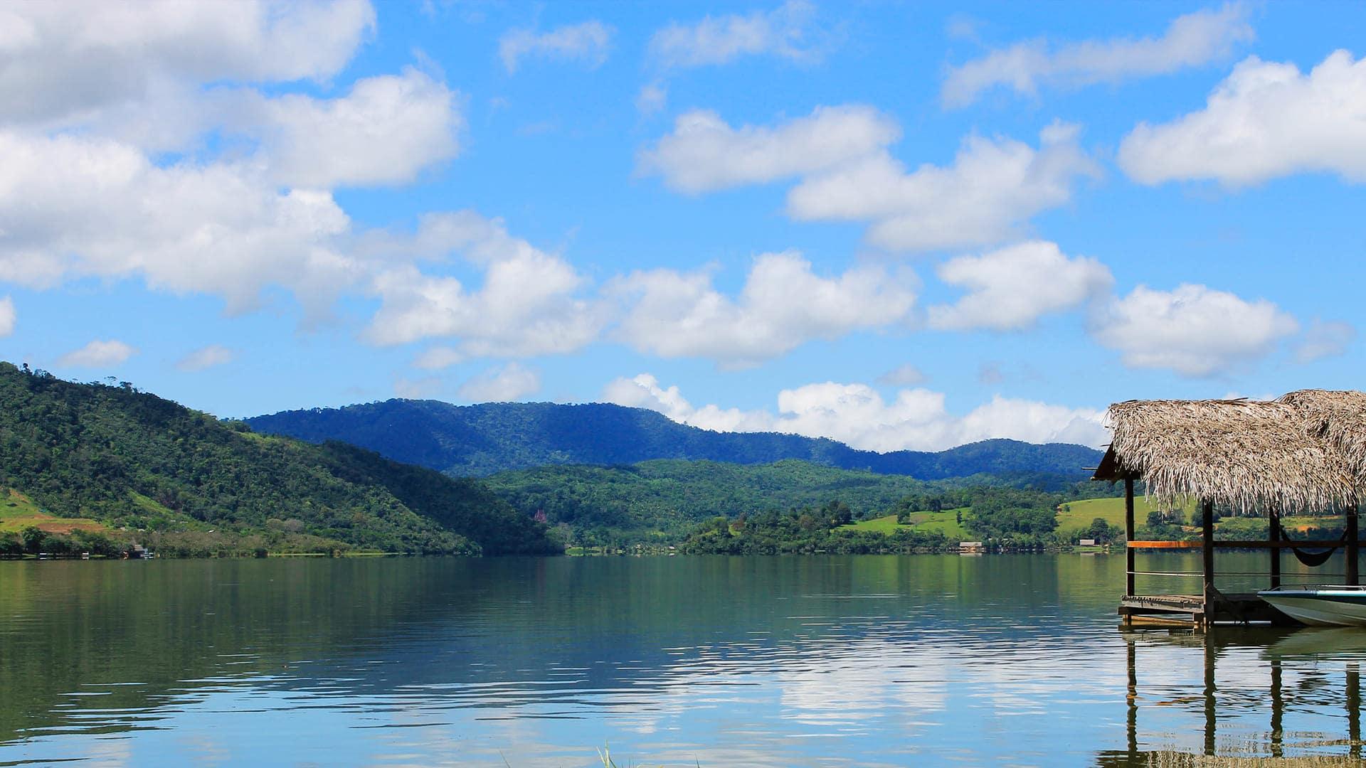 Encuentra paz y tranquilidad en la Laguna Azul, también llamada Laguna Sauce, en Tarapoto.