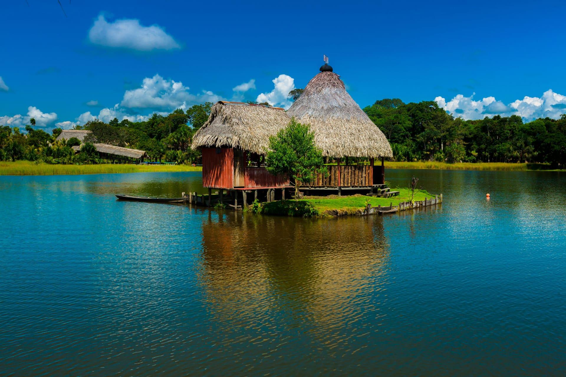 Casa en medio de la Laguna Azul, también llamada Laguna Sauce, en Tarapoto.