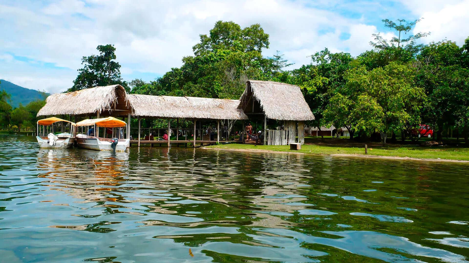 Laguna Azul también llamada Laguna Sauce, en Tarapoto.